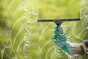 تنظيف النوافذ الزجاجية