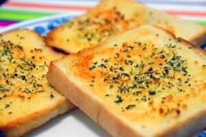 خبز الثوم او توست بالثوم