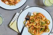 نودلز الكوسا بصوص الطماطم وصفلة مميزة من وصفات الكوسا